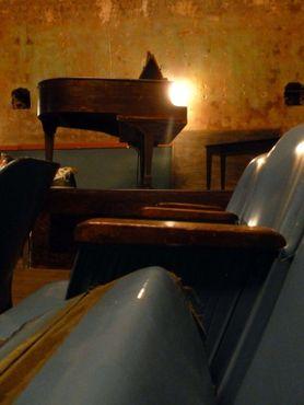 Пианино и кресла