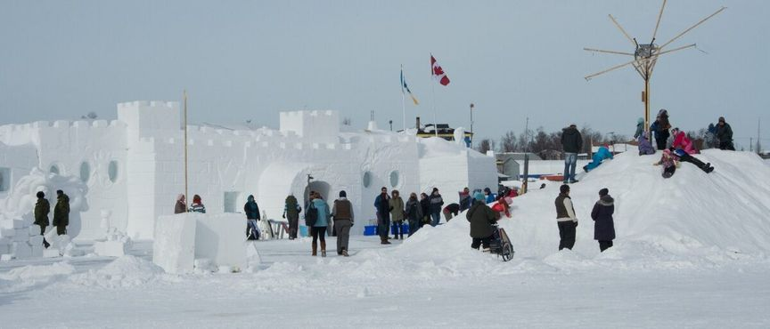Фестиваль «Snow King's castle», проходящий в том же месте и в то же время. Йеллоунайф, 25 марта 2012 года