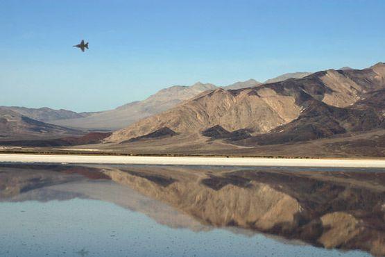 Самолёт, пролетающий над горячими источниками