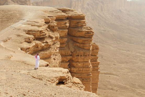 Турист у края утёса
