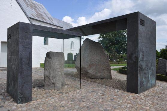 Рунические камни в деревне Еллинг, закрытые стеклом