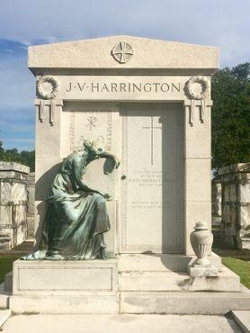 Склеп Дж. В. Харрингтона по прозвищу«Никогда неулыбающийся Харрингтон», местного картёжника, известного своим вечно каменным лицом во время игр в покер