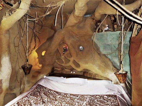 Кровать в номере «Сказка о тролле» прячется под корнями дерева