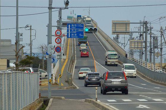 Мост через озеро Накауми соединяет два небольших города