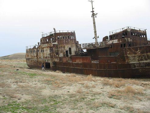 Одно из многочисленных рыболовных судов теперь лежит без рыбы