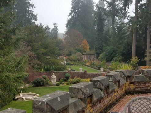 Вид на сад с балкона номера люкс