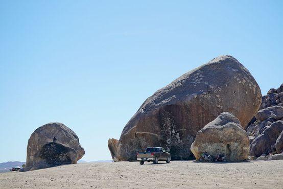 Пикап рядом со скалой практически невидим