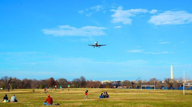 Самолёт над парком Грейвелли-Пойнт, направляющийся на посадку в национальный аэропорт Рейгана