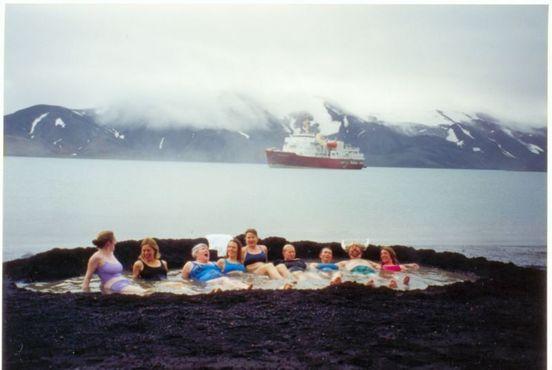 Туристы наслаждаются горячими ваннами