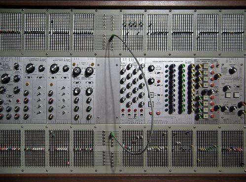 ARP 2500 из Музыкального фонда Кантос. Это устройство использовали в фильме «Близкие контакты третьей степени»
