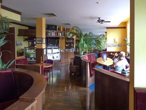 Более современное кафе наверху