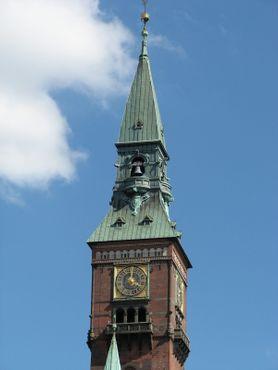 Часы располагаются на верхних этажах башни городской Ратуши