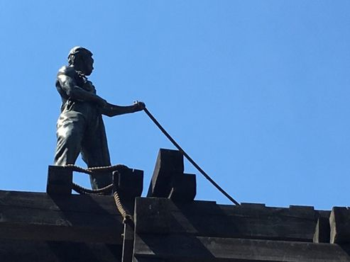 Вершина памятника