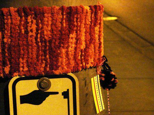 Знак пешеходного перехода в Ванкувере, подвергшийся«бомбардировке пряжей»