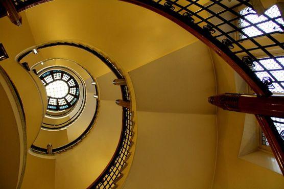 Винтовая лестница, увенчанная витражом