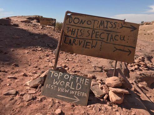 """Импровизированные знаки указывают на скалистые """"обзорные пункты"""" на западном краю участка"""