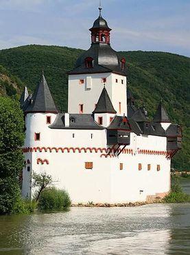 Вид на замок Пфальцграфенштайн с Рейна
