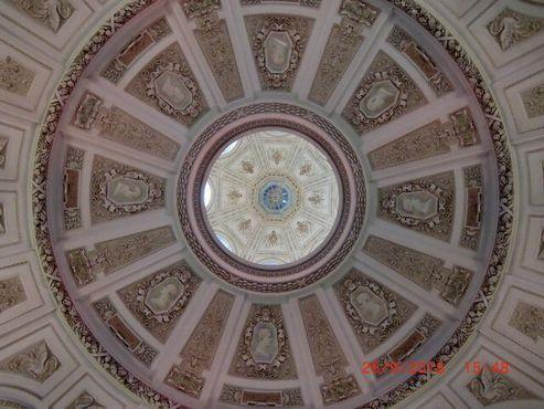 Потолок над входом в музей