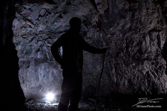 Туннельный узел. Естественный свет льётся от входа справа, а позади находится искусственный источник света