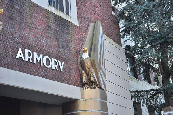 Орёл у входа в «Армори»