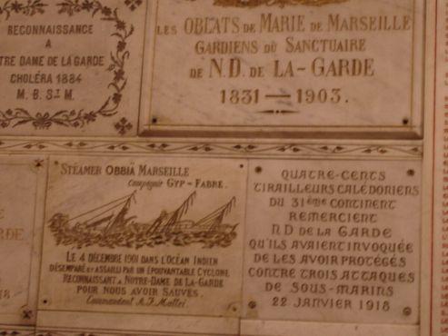 Экс-вото, оставленные столетия назад, внутриНотр-Дам-де-ла-Гард