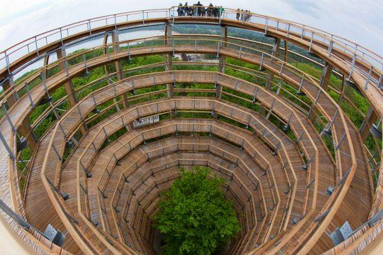 Туристы стоят на 40-метровой спиральной башне