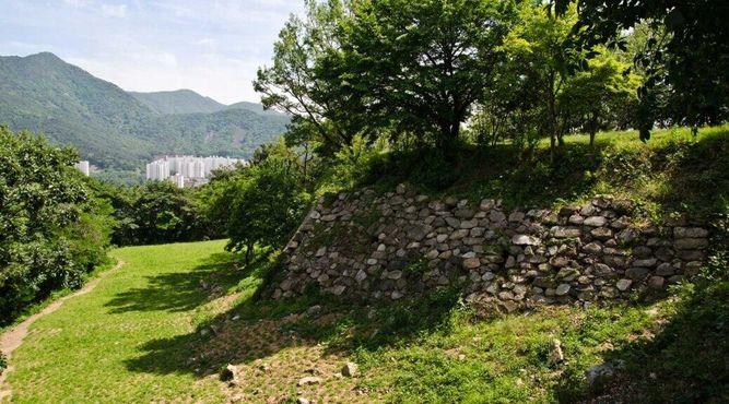 Остатки укреплений в парке Токчхон
