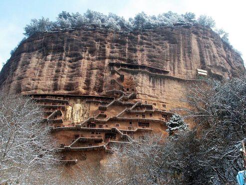 Вид на холм Майцзи со всеми его гротами, скульптурами и лестницами