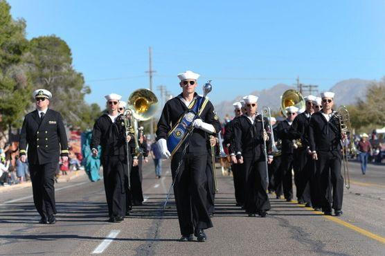 Оркестр военно-морского флота юго-запада марширует на параде родео Тусона 2020 года