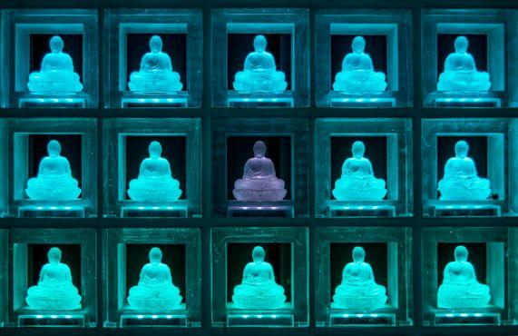 Парящие кристаллические будды