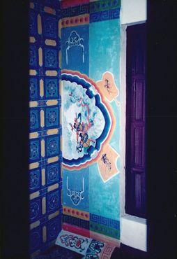 Красиво украшенный потолок храма