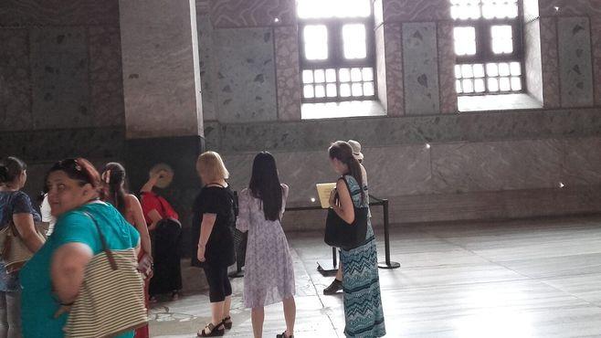 Посетители пытаются исполнить непростой ритуал