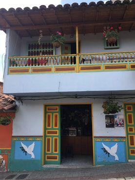 Дом в Гуатапе с сокалос, изображающими голубей