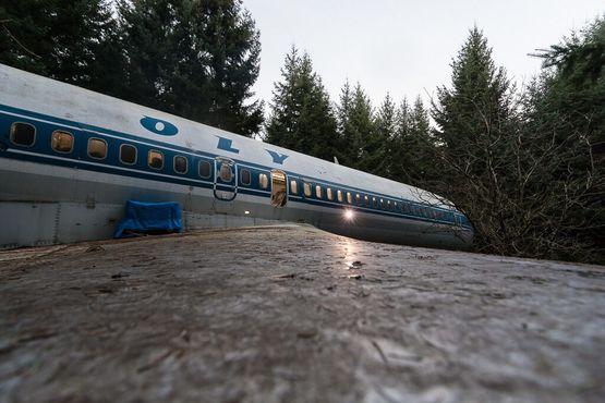 Вид с потрепавшегося крыла на сам дом-самолёт