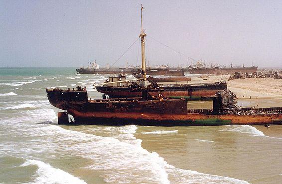 Ржавые корабли на пляже Гаддани