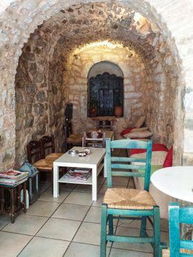 Местное заведение, типичное для городских застроек из камня
