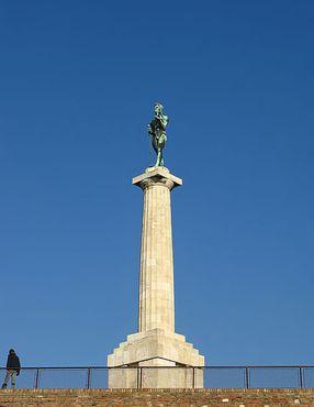 Статуя Победителя возвышается над крепостью Калемегдан в Белграде