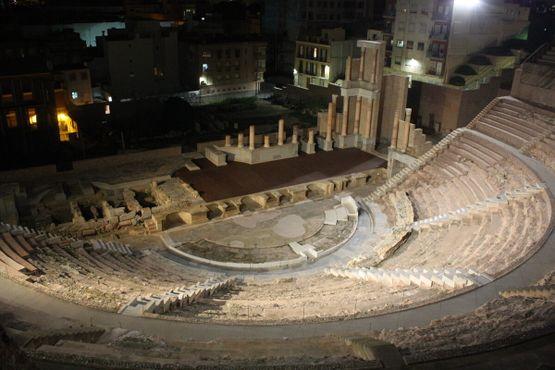 Вид освещенного театра ночью