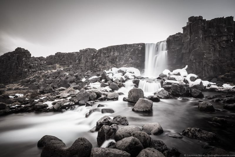 водопады Исландии 25 лучших водопадов Исландии aHR0cHM6Ly93d3cuZmluZGluZ3RoZXVuaXZlcnNlLmNvbS93cC1jb250ZW50L3VwbG9hZHMvMjAxOC8wOC9PeGFyYXJmb3NzLVdhdGVmYWxsLSVDMyU5RWluZ3ZlbGxpci1OYXRpb25hbC1QYXJrLUljZWxhbmRfYnlfTGF1cmVuY2UtTm9yYWguanBn