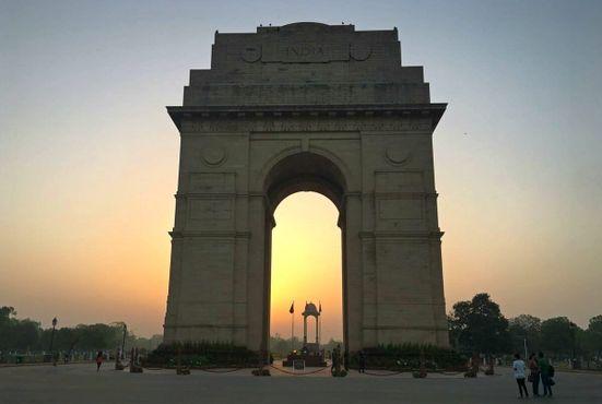 Восход и пустой купол за воротами Индии, Дели