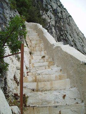 Лестница, ведущая ко входу в пещеру