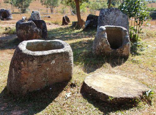 Кувшины и могильный камень
