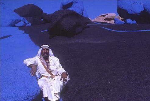Местный мужчина сидит среди сюрреалистичных камней (www.verame.com)