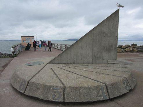 Солнечные часы шириной 5 м и высотой 3 м установлены в честь «жителей Сакаи, японского города-побратима Беркли»