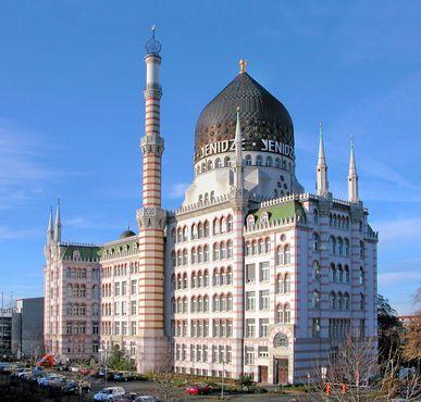 Похожая на мечеть бывшая табачная фабрика