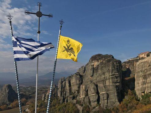 Флаги Греции и Патриарха Константинопольского развеваются над долиной Метеоры