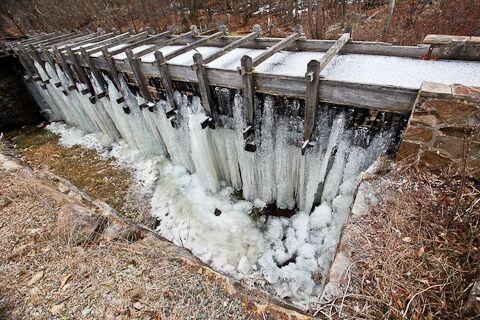 Шлюз, ведущий к мельнице, сильно протекает и образует ледяную пещеру под помостом с декабря по февраль