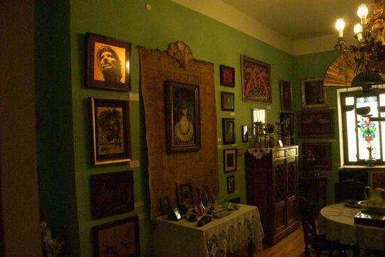 Комната в музее, возможно, реконструкция его квартиры в Тбилиси