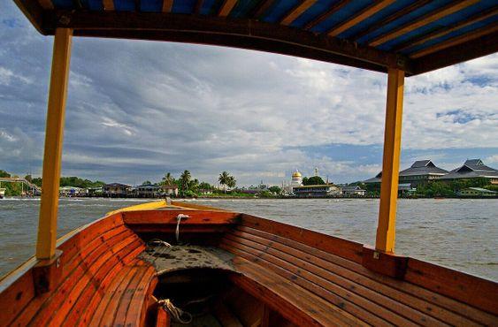 Лодка, плывущая из Бандар-Сери-Бегавана