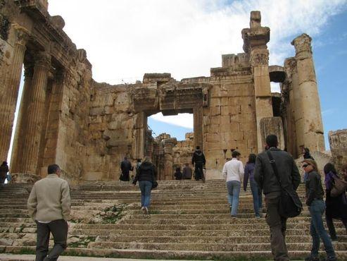 Подъем по ступеням храма Юпитера Баала